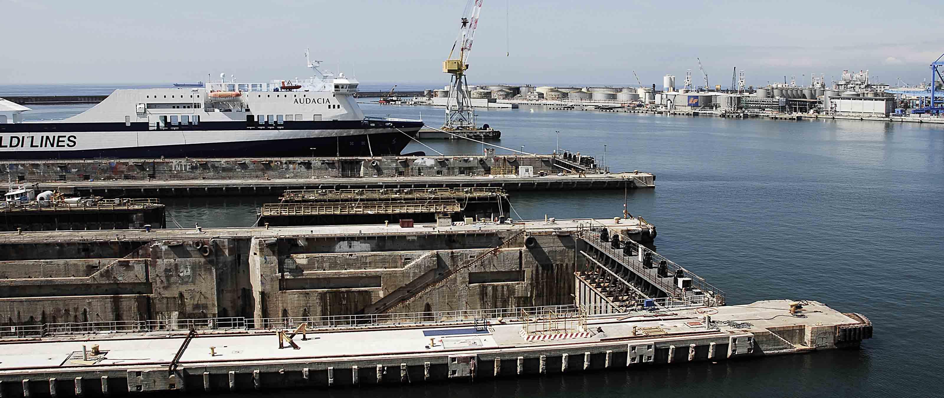 Vista del Porto di Genova Molo Giano area riparazioni navali